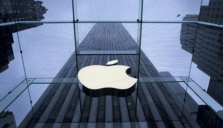 Das Apple-Logo an einem Store in New York.