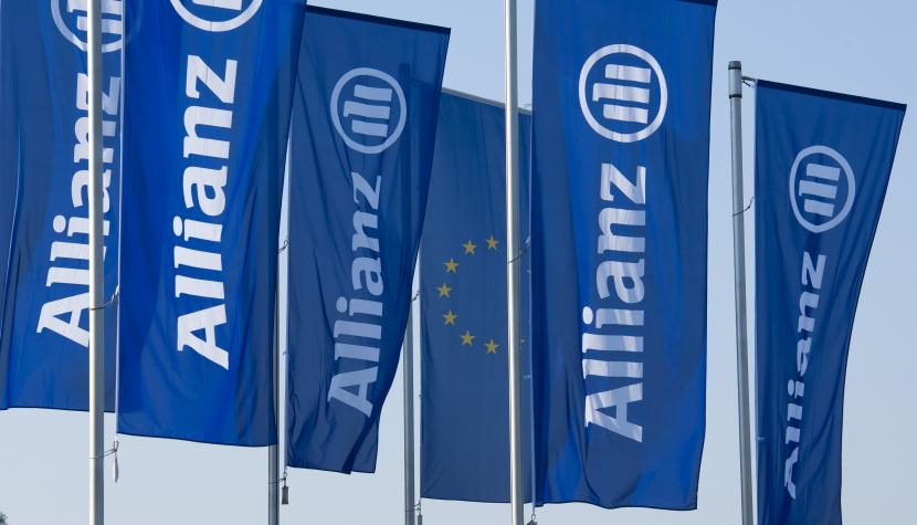 Allianz-Flaggen wehen im Wind.
