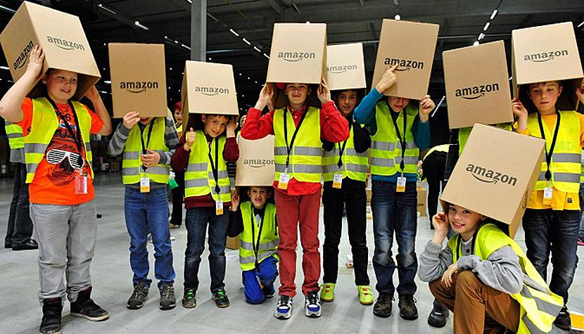 Kinder mit Amazon-Schachteln.