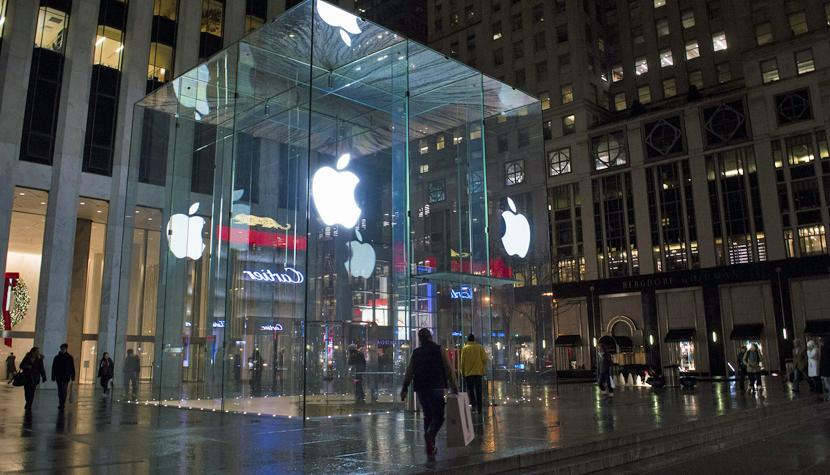 Der mit einem Glaskubus versehene Apple Store an der Fifth Avenue in New York.