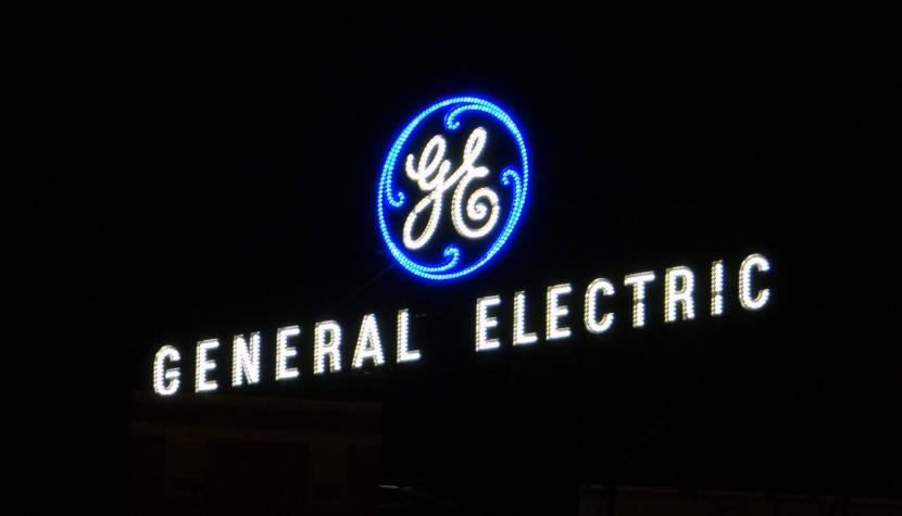 Firmenzeichen von General Electric in Fort Wayne, Indiana.