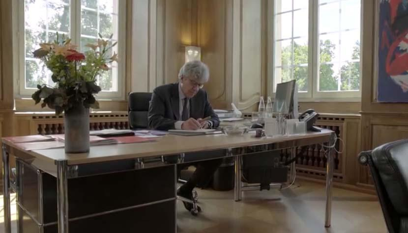 Der abgetretene Swiss-Re-CEO Michel Liès in seinem emotionalen Abschiedsvideo.
