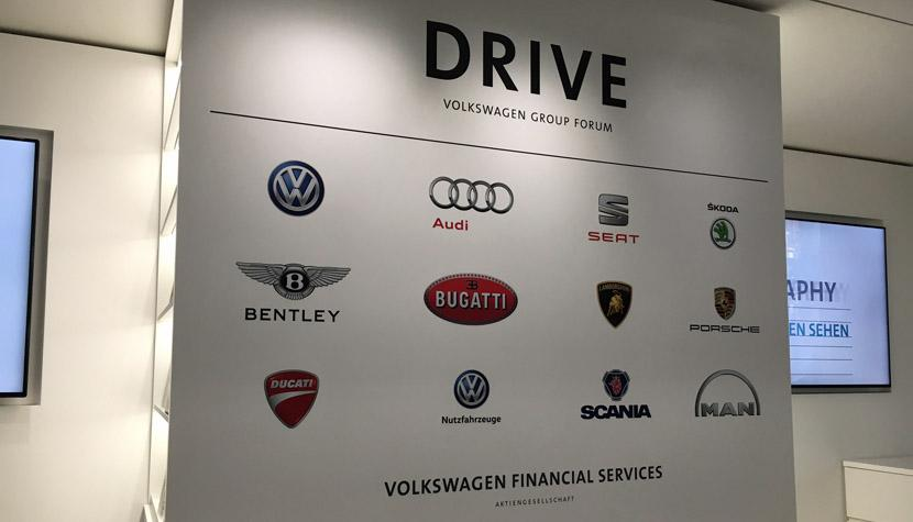 Desk von Volkswagen Financial Services in Berlin mit den Emblemen der Konzernmarken.